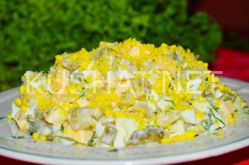 Немецкий картофельный салат с соленым огурцом и яйцом