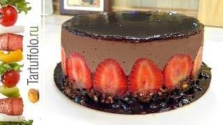 Шоколадный торт с клубникой и сметанным кремом