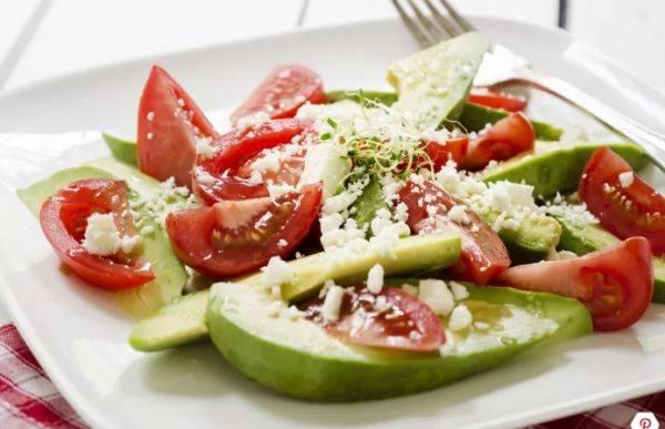 Легкий салат с авокадо и томатами за 20 минут