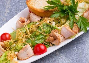 Салат из овощей с лососем