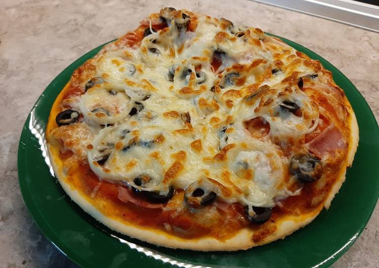 Пицца из слоеного бездрожжевого теста в духовке — лучшие рецепты