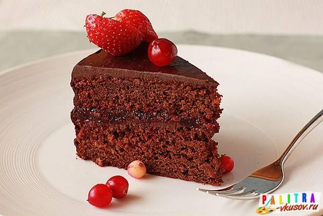 Бисквитный пирог с творогом и брусникой