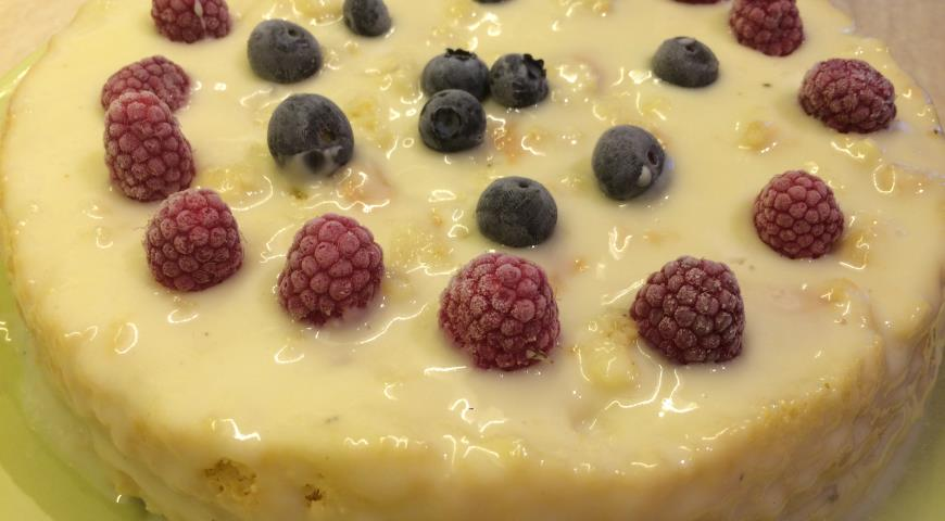 Бисквитный торт с клубникой и сметанным, сливочным, заварным кремом