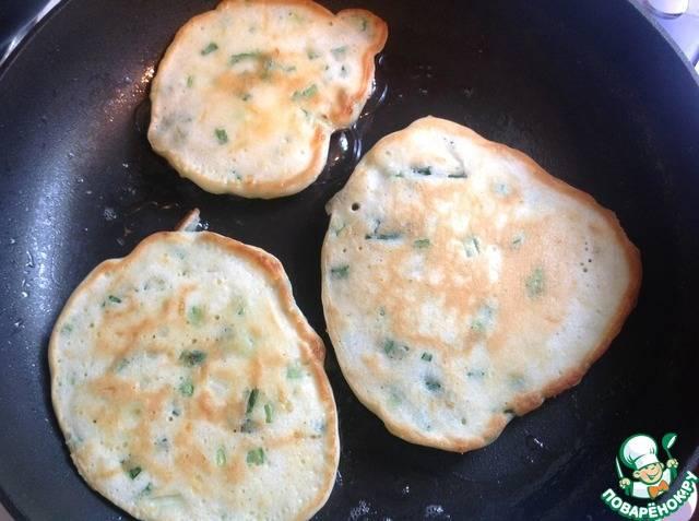 Оладьи с зеленым луком и сыром на сметане