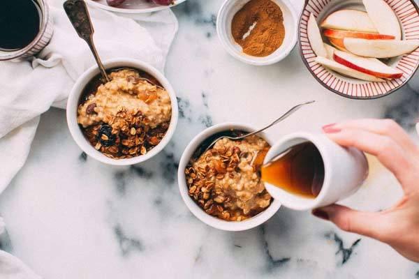 Быстрая овсянка: как приготовить холодный и горячий завтраки за 5 минут