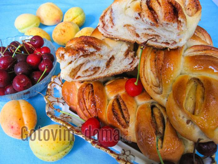 Булочки-косички с маслинами и луком