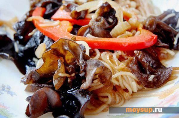 Мясной салат с древесными грибами