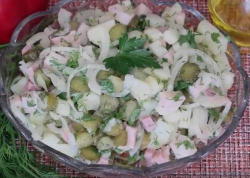 Салат с маринованными огурцами и картофелем