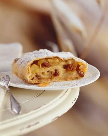 Штрудель из лаваша: пошаговые рецепты с яблоками, творогом, сгущёнкой, фото и видео