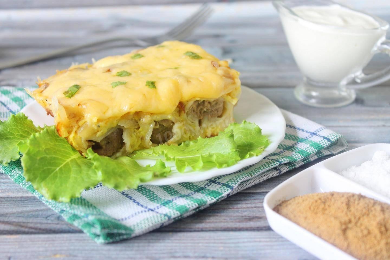 Запеканка ленивая жена  пельменная, вкусное блюдо из склеенных пельменей со сметаной и сыром