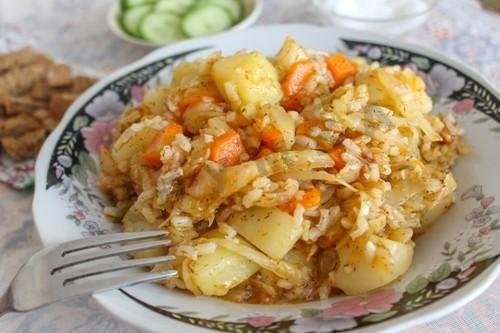 Капуста, тушёная с рисом на сковороде