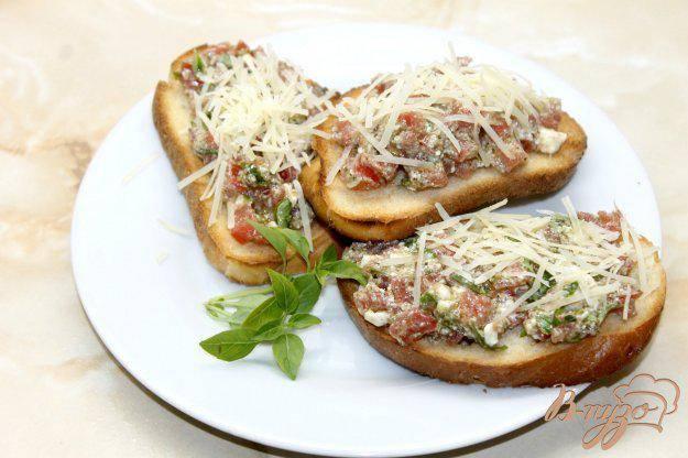 Летние закусочные бутерброды с помидорами и базиликом