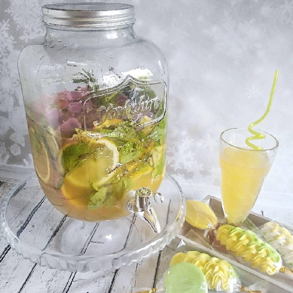 Напиток лимонад из мяты и лимона