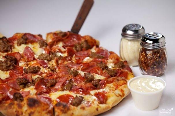 Пицца с грибами, копчеными колбасками и перцем