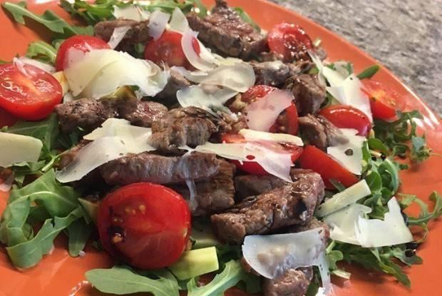 Салат из помидоров черри и сыра