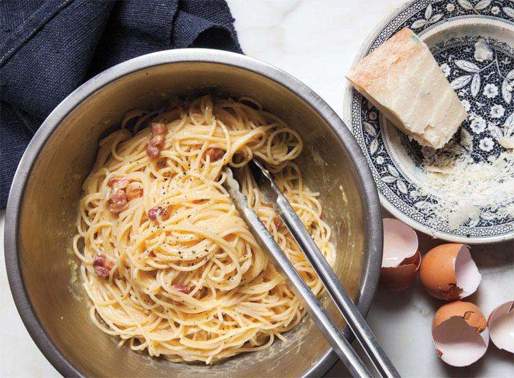Спагетти карбонара с беконом и сливками