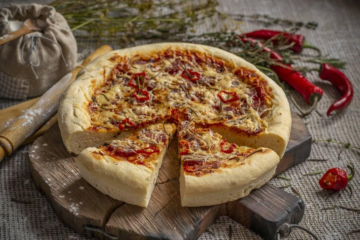 Пицца на дрожжевом тесте с вареной колбасой и маринованными огурчиками