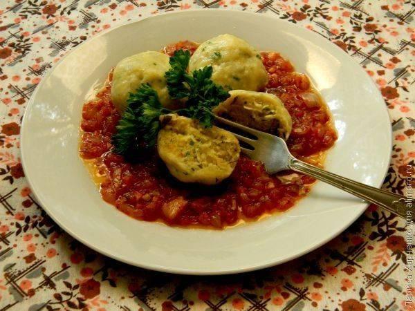 Ленивые вареники с зеленью и томатным соусом