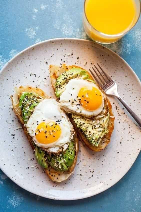 Идеальный завтрак: омлет с авокадо и копчёным лососем