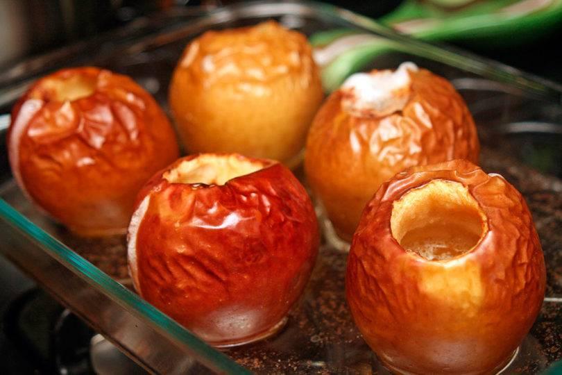 Запеченные яблоки с изюмом в духовке