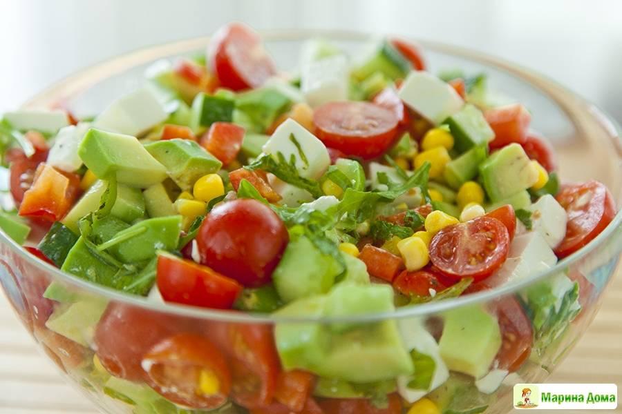 Салат с белковой моцареллой и черри
