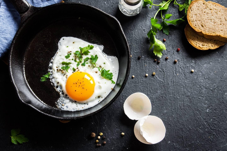 Как приготовить яйца скрамбл с ветчиной и свежими овощами - очень быстрый завтрак