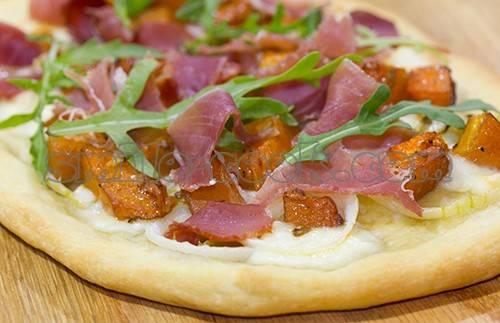 Пицца с курицей и ананасами - рецепт с фото