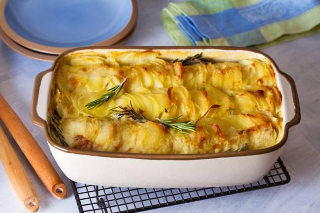 Картофельная запеканка с сыром и розмарином