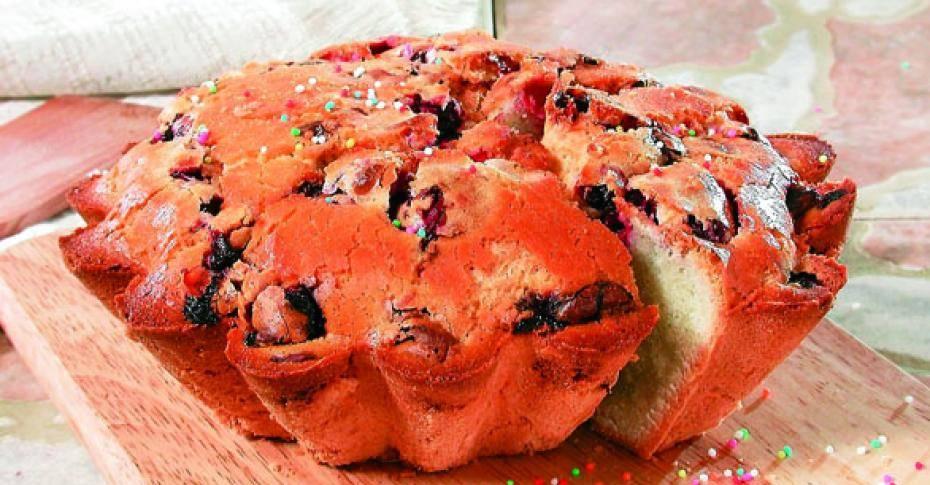 Кекс с яблоками и ягодой