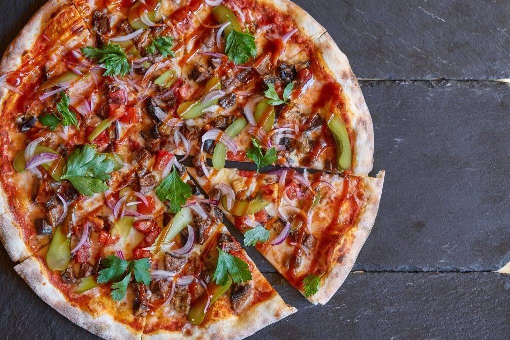 Пицца с ананасами, салями и сыром. рецепт с пошаговыми фото
