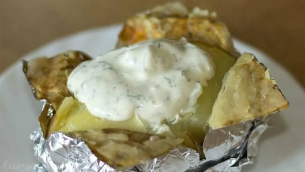 Картофель в мундире, запеченный в фольге, с селедочным соусом