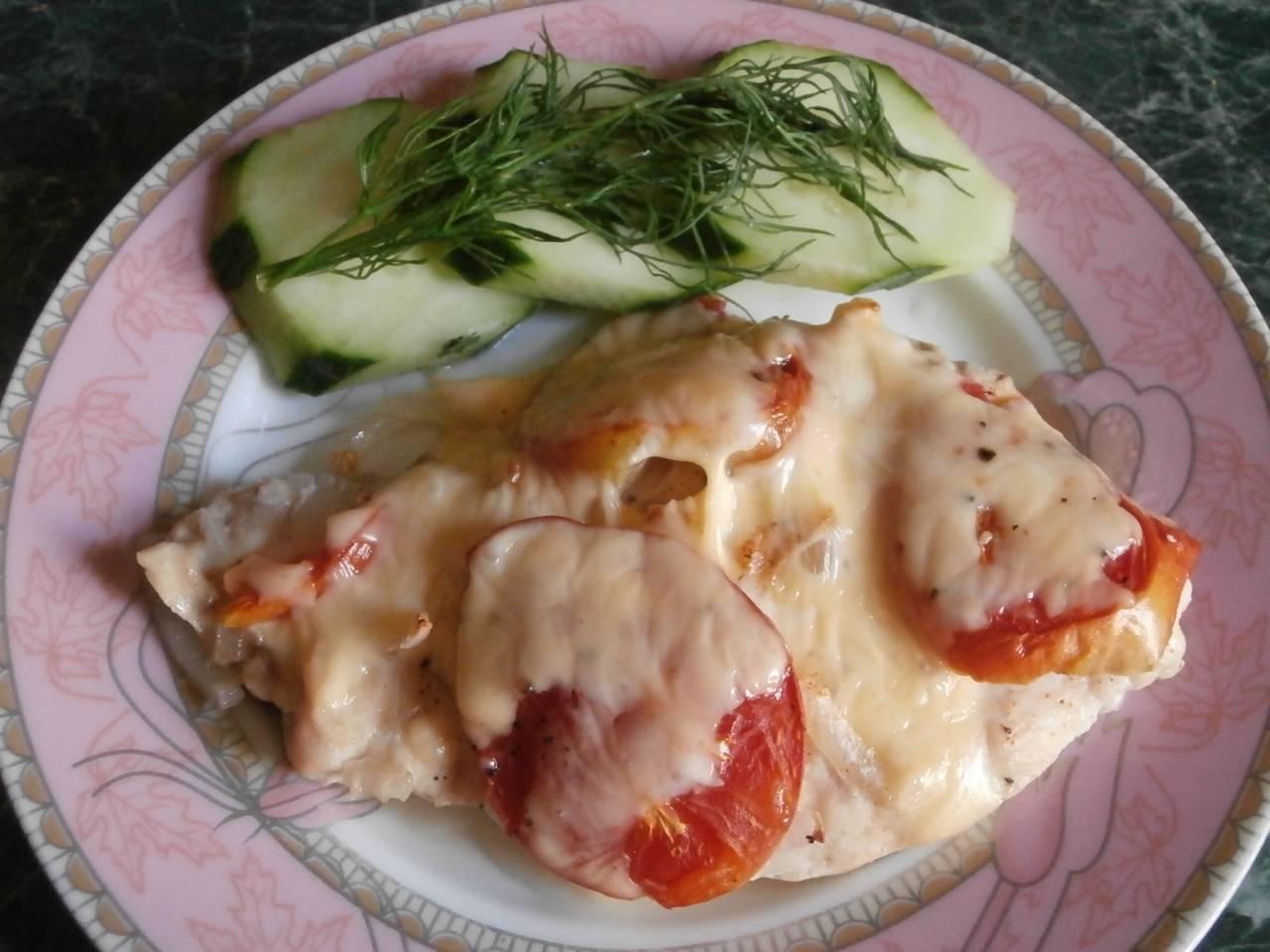 Куриное филе, запечённое с помидорами и сыром в духовке