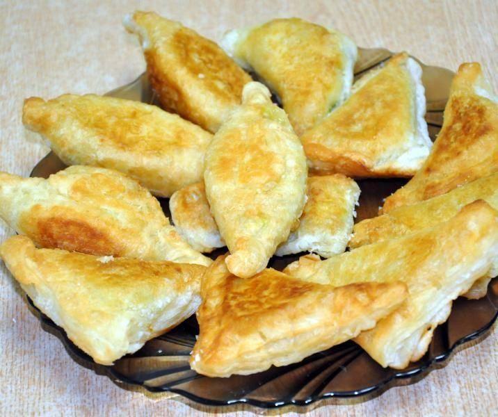Рулетики из слоеного теста с сыром: 9 рецептов