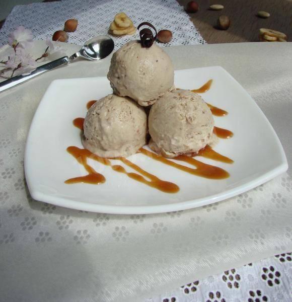 Десерт с бананом и мороженым