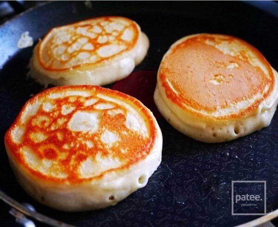 Рецепт: пышные оладьи без яиц и соды на простокваше