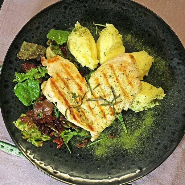 Фарфалле с лососем, креветками, семгой, курицей, индейкой, фаршем, грибами, сыром и ветчиной