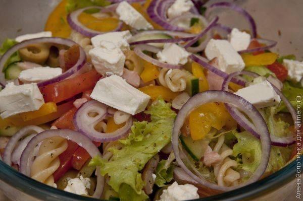 Итальянский салат с салями