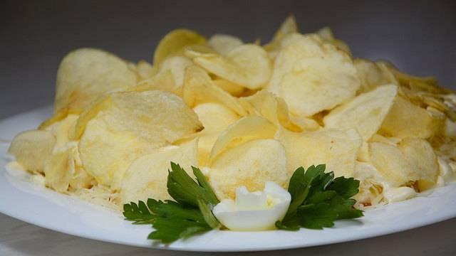 Легкий салат с чипсами из лаваша