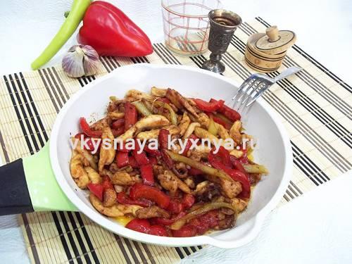 Тёплый салат с курицей и болгарским перцем
