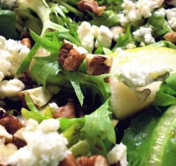 Изысканный салат с грушей, голубым сыром и орехами