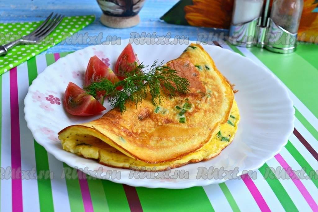 Французский омлет на сковороде с начинкой из сыра и ветчины пошагово с фото