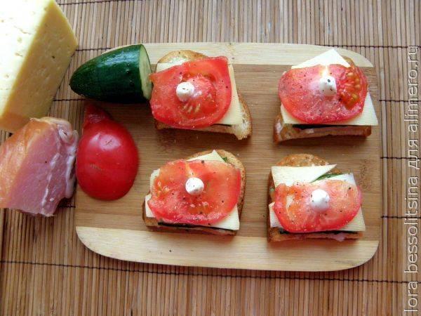 Быстрые и вкусные гренки с балыком и помидором