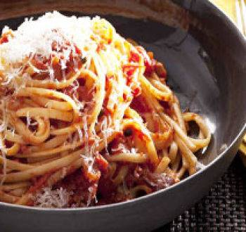 «пьяные» спагетти с маслинами, каперсами и сыром
