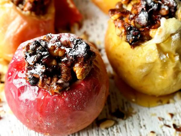 Яблоки с творогом, запеченные в духовке с изюмом, корицей, орехами, овсянкой и медом