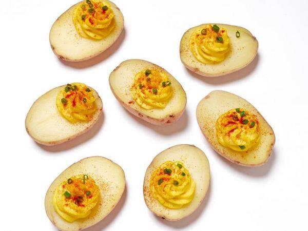 Интересная идея для праздничного стола: картошка с яично-горчичным фаршем