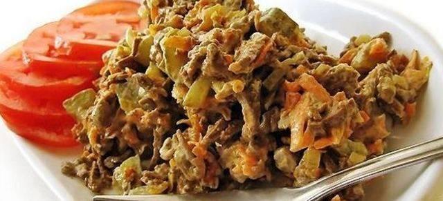 Куриная печень с маринованными огурцами