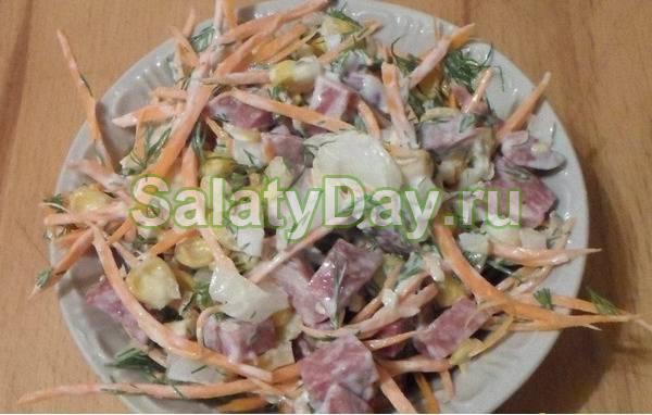 Салат с фасолью корейской морковью и сухариками