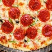 Пицца с куриным филе и грибами