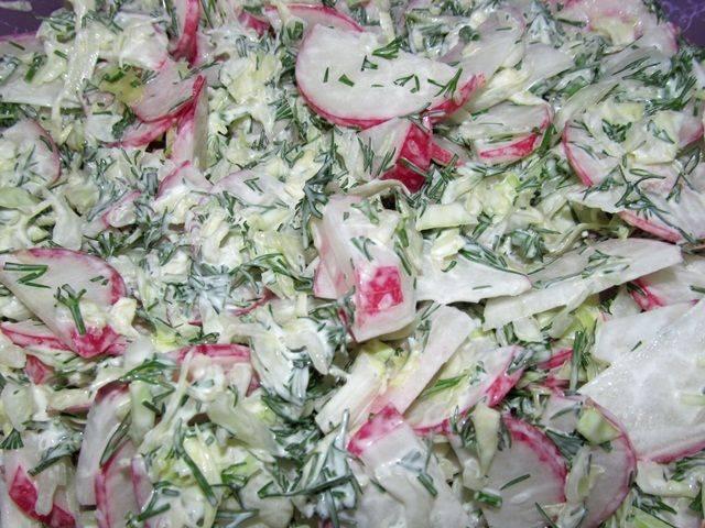Как приготовить витаминный салат из свежей зелени
