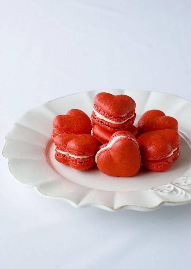 Французские пирожные макарон на День всех влюблённых